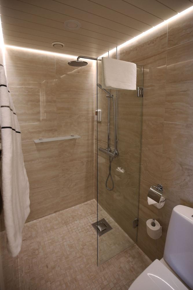 https://i.travelapi.com/hotels/2000000/1640000/1636400/1636362/5d4d0f8e_z.jpg