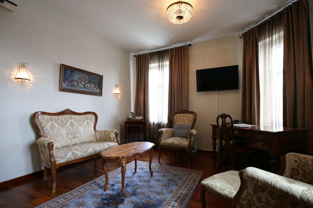https://i.travelapi.com/hotels/2000000/1640000/1636400/1636362/bbb18654_z.jpg