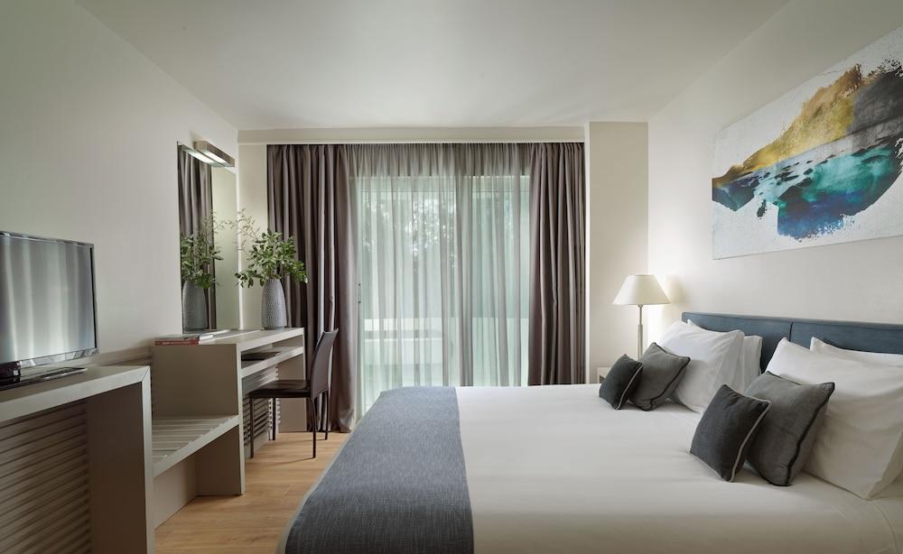 https://i.travelapi.com/hotels/2000000/1640000/1639900/1639808/e6497326_z.jpg