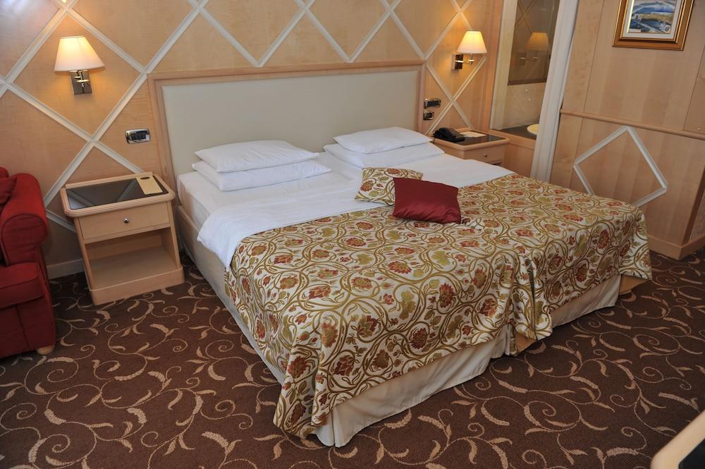 https://i.travelapi.com/hotels/2000000/1650000/1648200/1648199/02426bf3_z.jpg