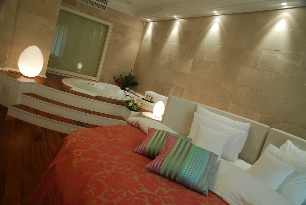 https://i.travelapi.com/hotels/2000000/1650000/1648200/1648199/16d32839_z.jpg