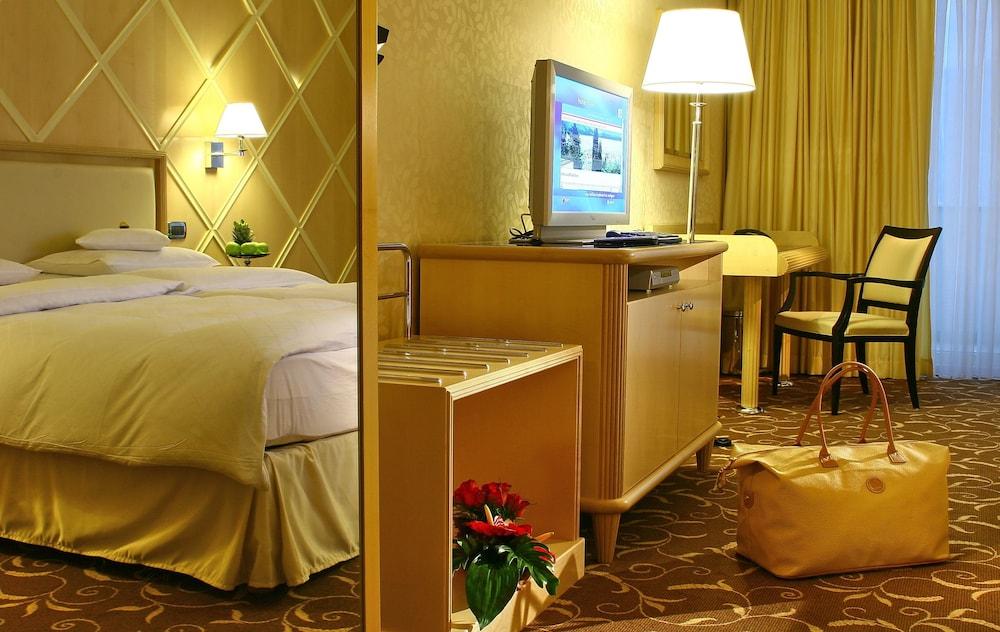 https://i.travelapi.com/hotels/2000000/1650000/1648200/1648199/55baa2f9_z.jpg