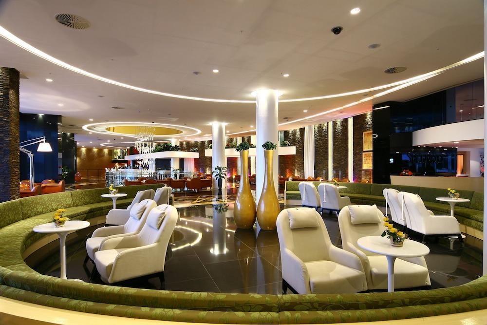 https://i.travelapi.com/hotels/2000000/1650000/1648200/1648199/5db64d01_z.jpg