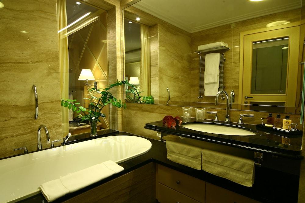 https://i.travelapi.com/hotels/2000000/1650000/1648200/1648199/76b319ee_z.jpg