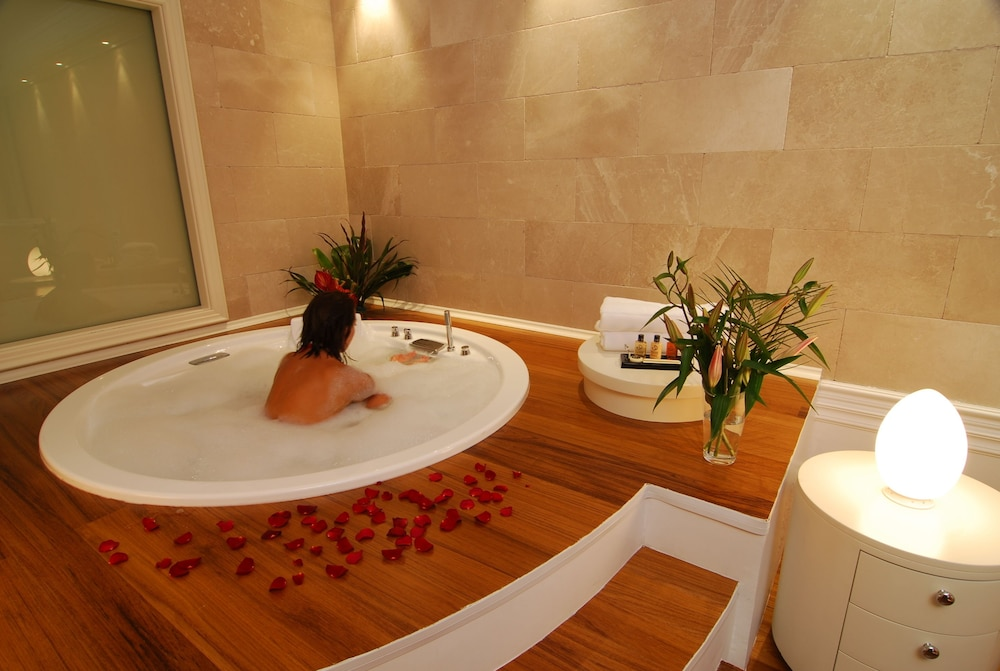 https://i.travelapi.com/hotels/2000000/1650000/1648200/1648199/9147841a_z.jpg