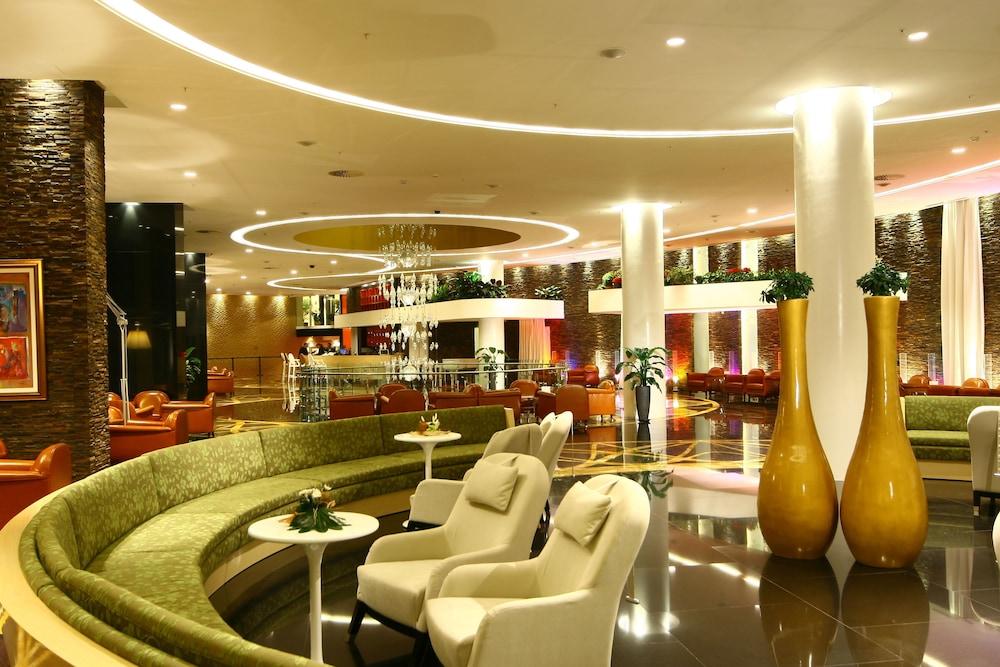 https://i.travelapi.com/hotels/2000000/1650000/1648200/1648199/cf0379de_z.jpg