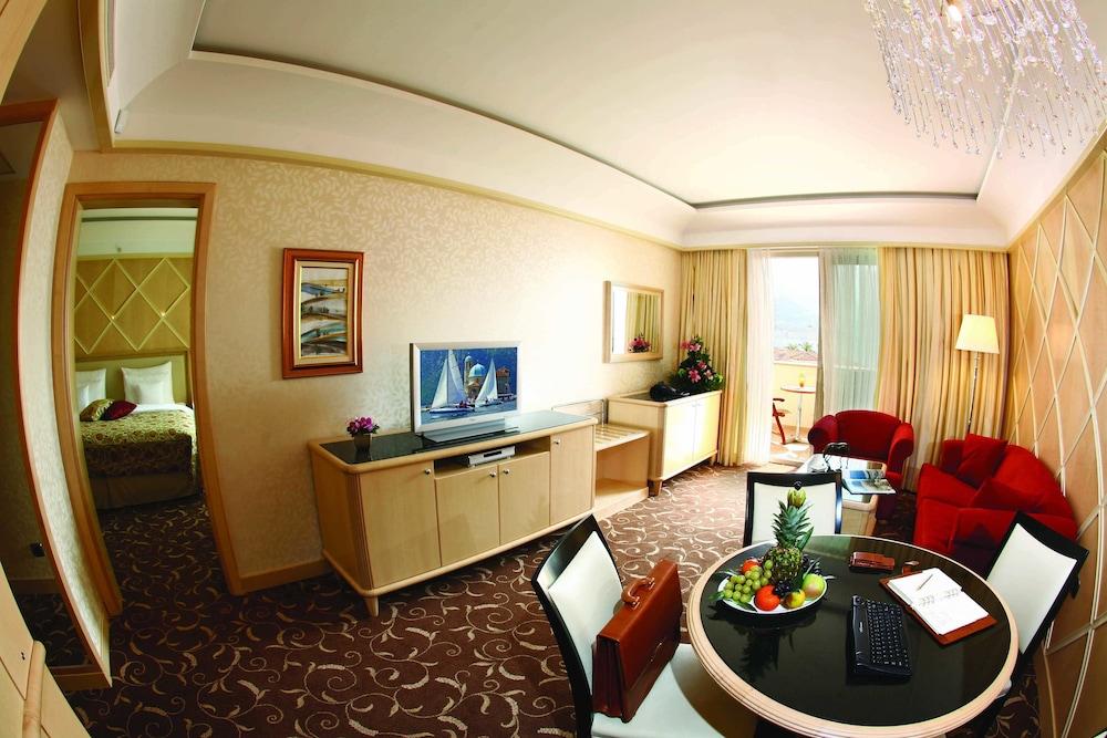 https://i.travelapi.com/hotels/2000000/1650000/1648200/1648199/fb8389c1_z.jpg