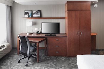Guestroom at Courtyard by Marriott Suffolk Chesapeake in Suffolk