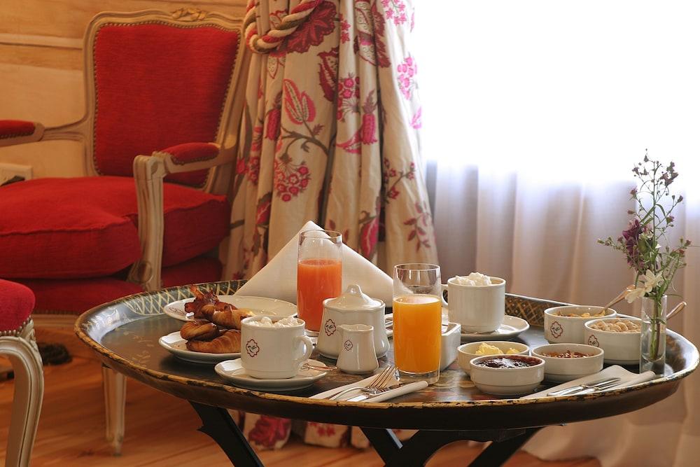 https://i.travelapi.com/hotels/2000000/1670000/1660800/1660762/63a1953b_z.jpg