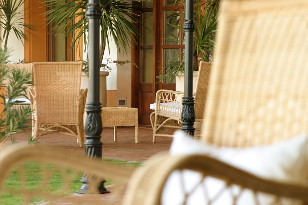 https://i.travelapi.com/hotels/2000000/1670000/1660800/1660762/ec47f26e_z.jpg