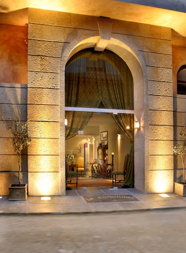 . Le Convivial Luxury Suites & Spa