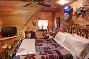Comfort Room, 1 Queen Bed, Private Bathroom (Nanny's Attic)