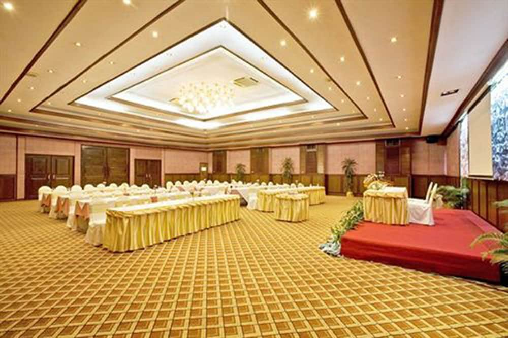 Ballroom/Hall 35 of 74