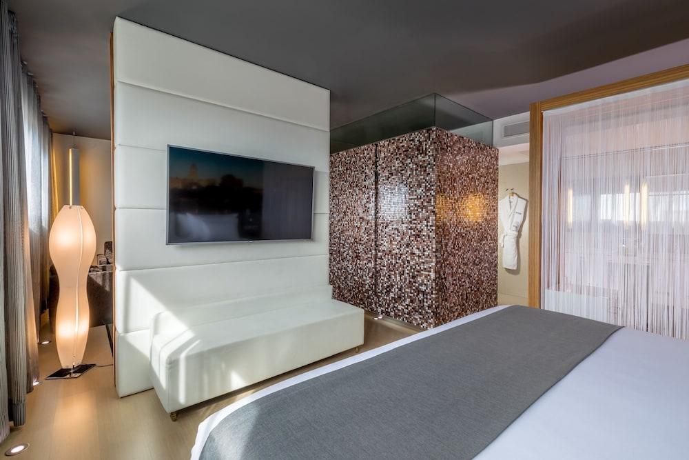 https://i.travelapi.com/hotels/2000000/1690000/1682800/1682733/7cb4a554_z.jpg