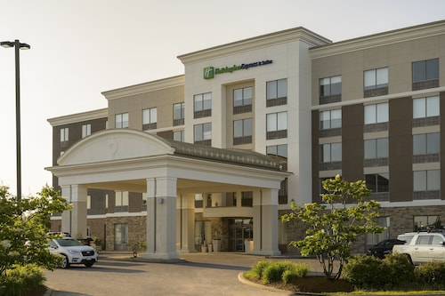 . Holiday Inn Express & Suites North Bay