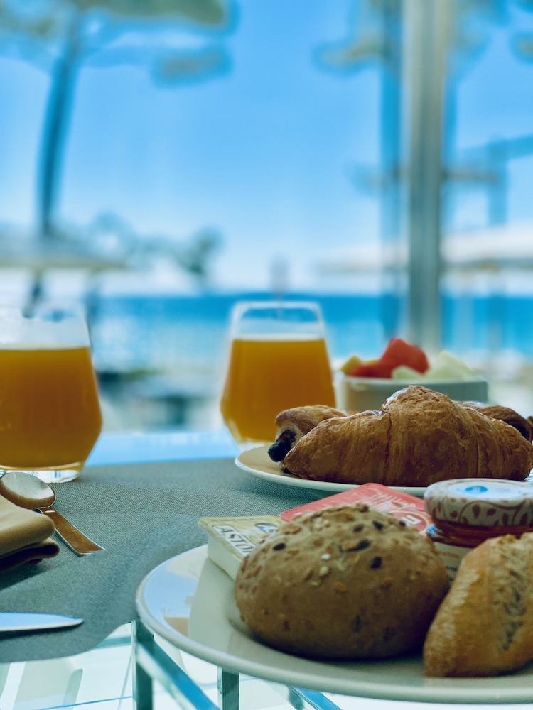 https://i.travelapi.com/hotels/2000000/1720000/1716000/1715915/2ccdaa2d_z.jpg
