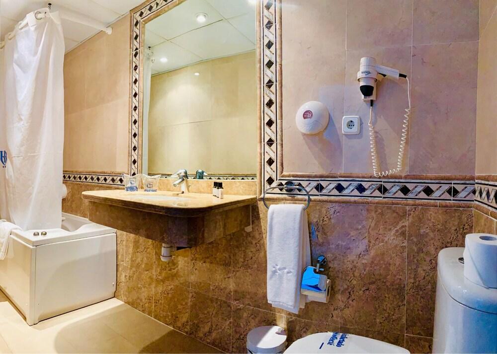 https://i.travelapi.com/hotels/2000000/1720000/1716000/1715915/cd504c4d_z.jpg