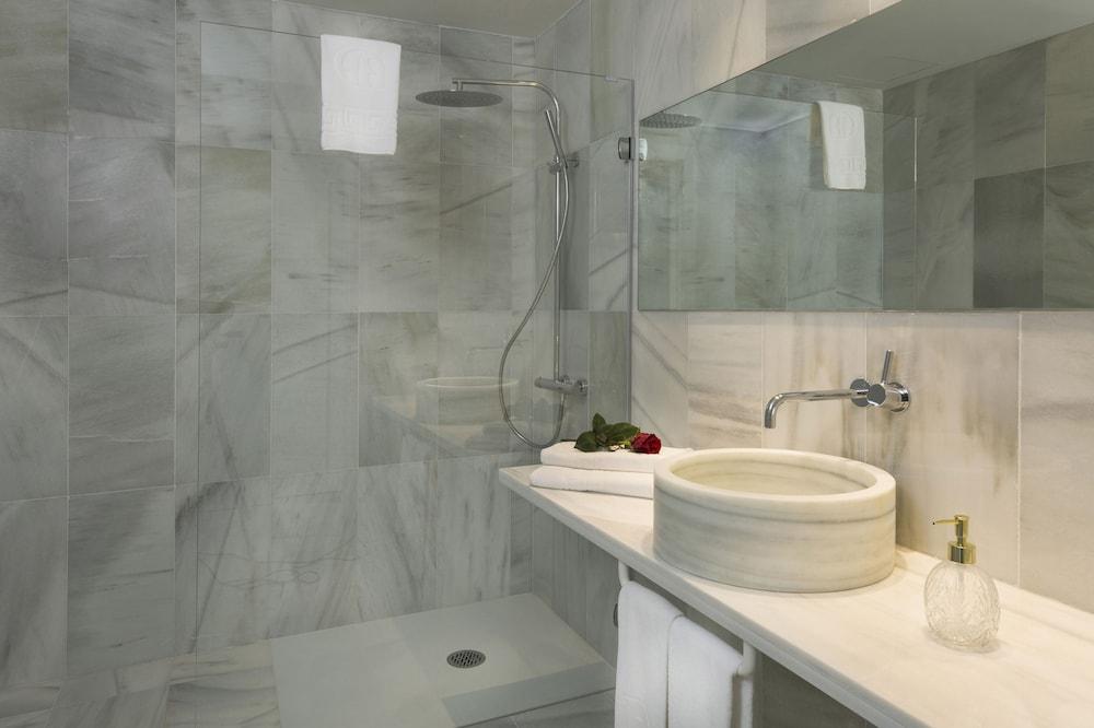 https://i.travelapi.com/hotels/2000000/1720000/1716000/1715915/e6ff4fc5_z.jpg