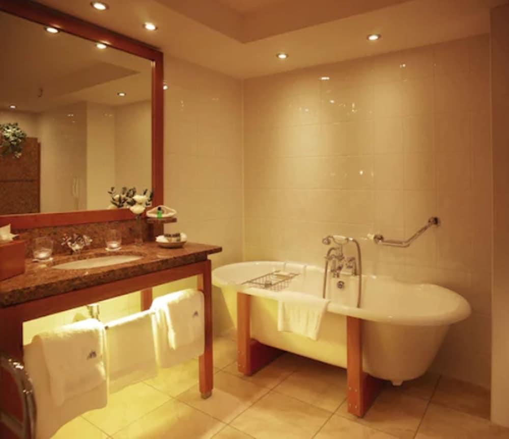 https://i.travelapi.com/hotels/2000000/1730000/1725300/1725289/b7ad5d5d_z.jpg