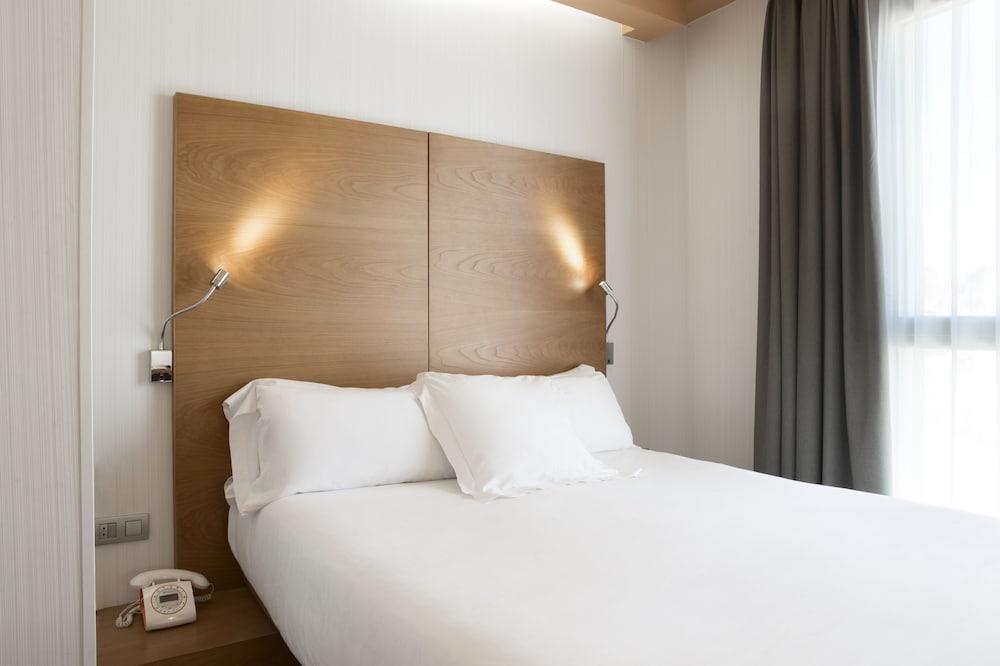 https://i.travelapi.com/hotels/2000000/1750000/1742100/1742058/24e16e56_z.jpg