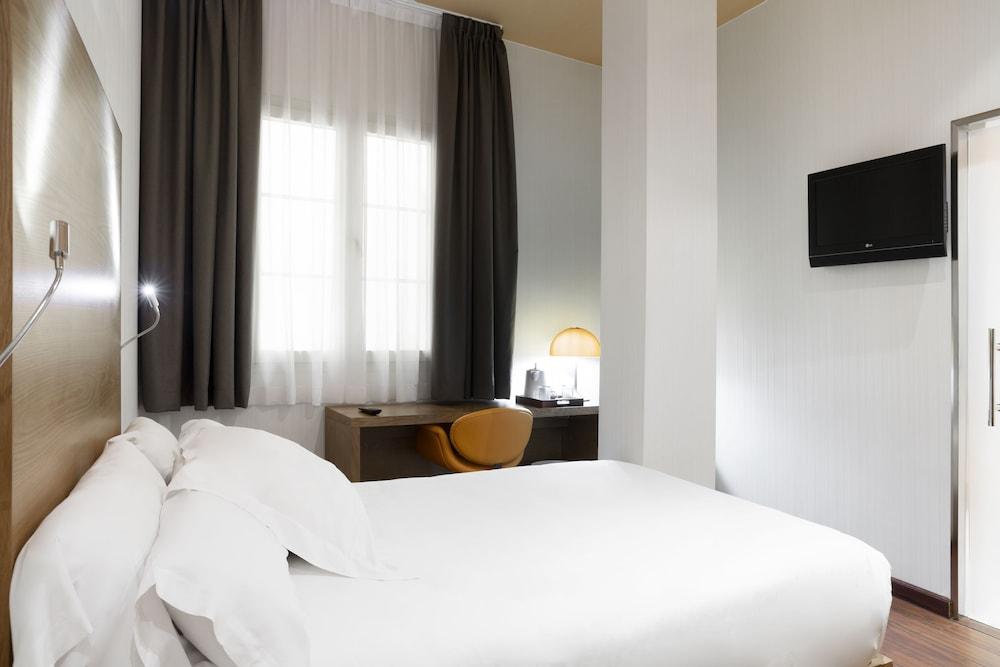 https://i.travelapi.com/hotels/2000000/1750000/1742100/1742058/a7b4bdad_z.jpg