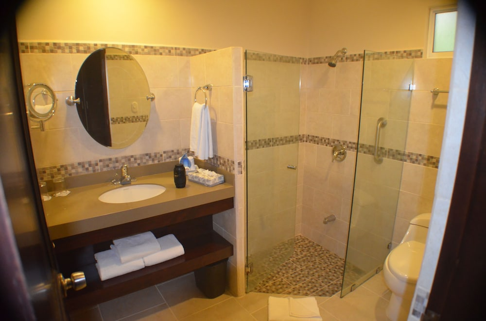 https://i.travelapi.com/hotels/2000000/1760000/1753000/1752985/a74f746e_z.jpg