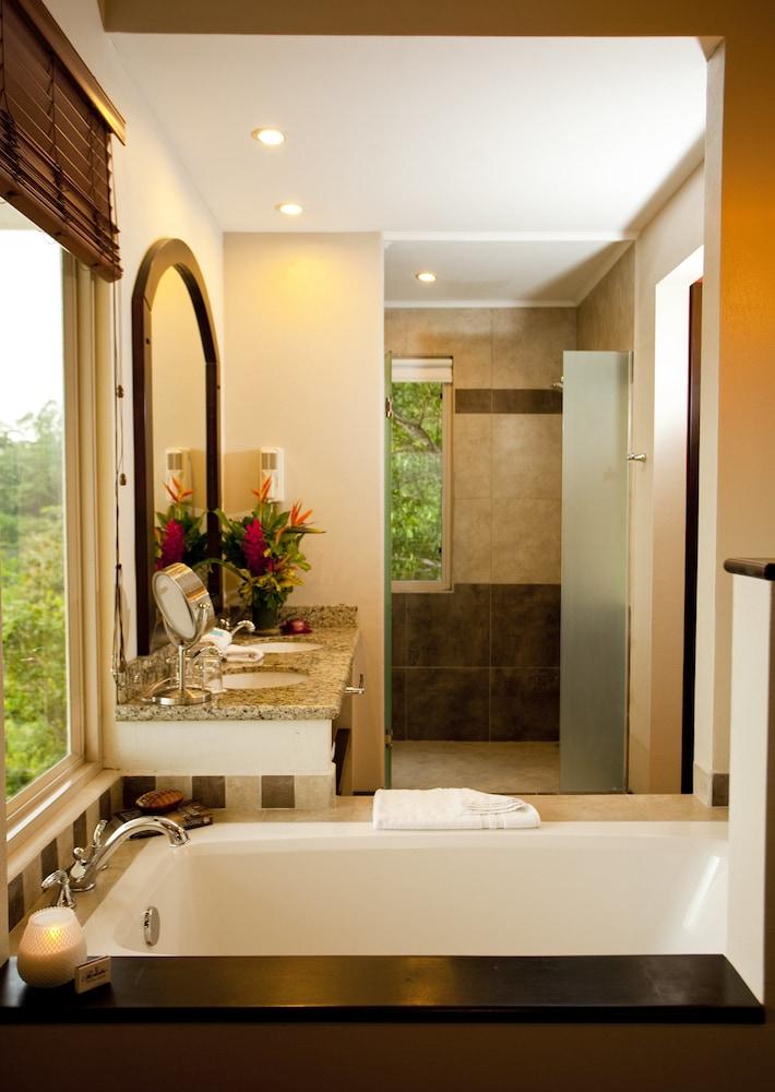 https://i.travelapi.com/hotels/2000000/1760000/1753000/1752985/d9c8cf0d_z.jpg