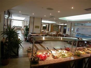 https://i.travelapi.com/hotels/2000000/1760000/1754000/1753916/1cd7eb4c_b.jpg