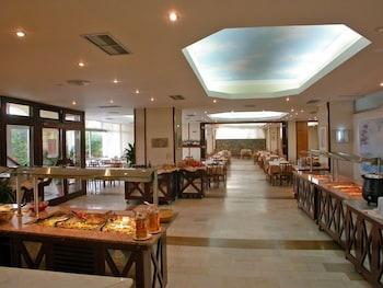 https://i.travelapi.com/hotels/2000000/1760000/1754000/1753916/7e66528b_b.jpg