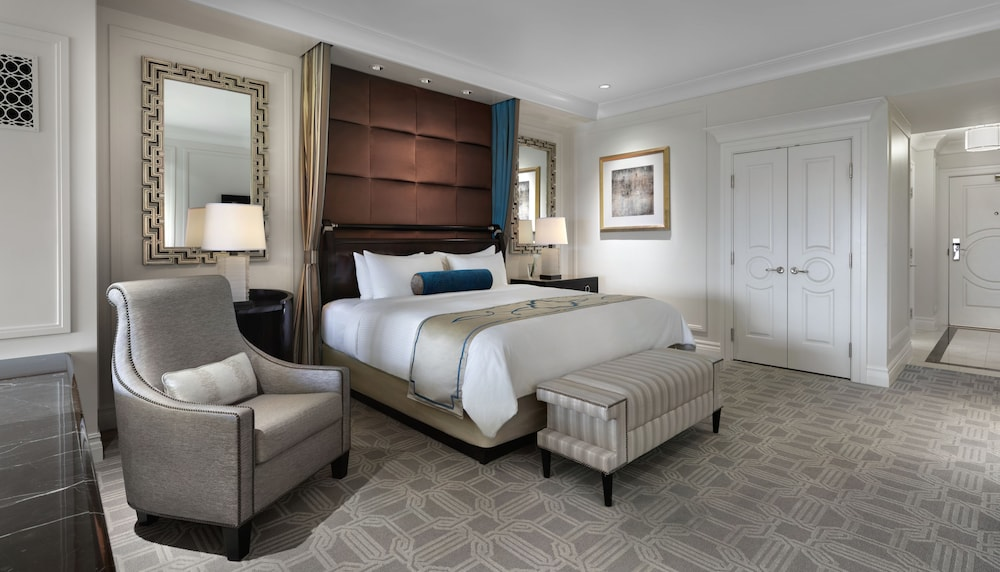 Suite : Luxury 1 King View Suite 18 of 71