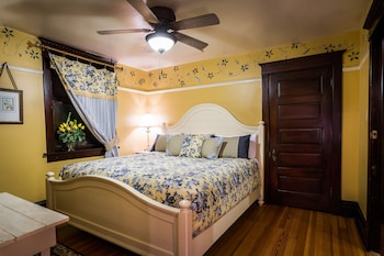 Deluxe Room, 1 King Bed, Private Bathroom