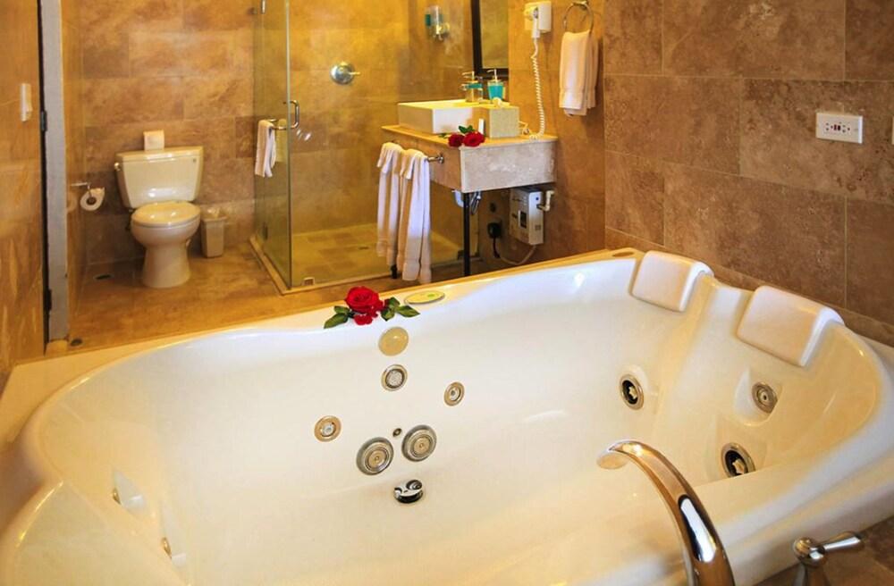 https://i.travelapi.com/hotels/2000000/1790000/1782700/1782695/3b405a5f_z.jpg