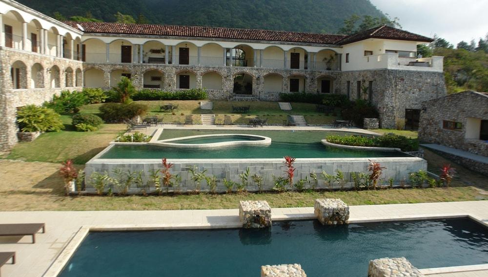 https://i.travelapi.com/hotels/2000000/1790000/1782700/1782695/f600d099_z.jpg