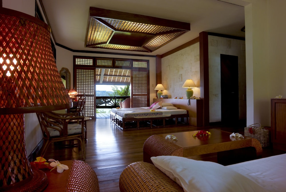 Junior Suite, 1 King Bed, Bathtub, Partial Ocean View
