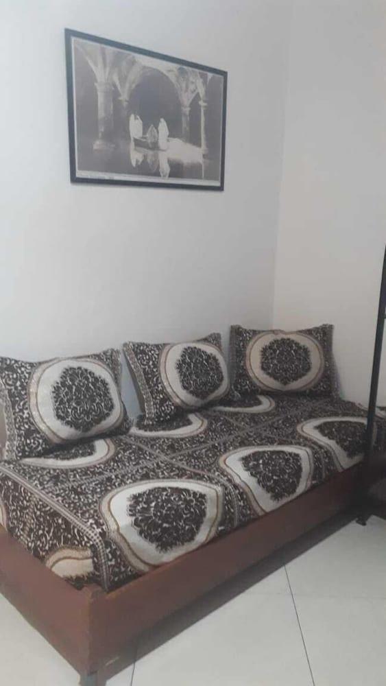 https://i.travelapi.com/hotels/2000000/1810000/1803800/1803752/eba67be6_z.jpg