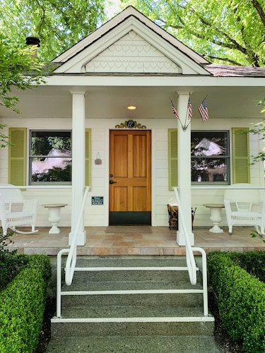 . Cottage Grove Inn