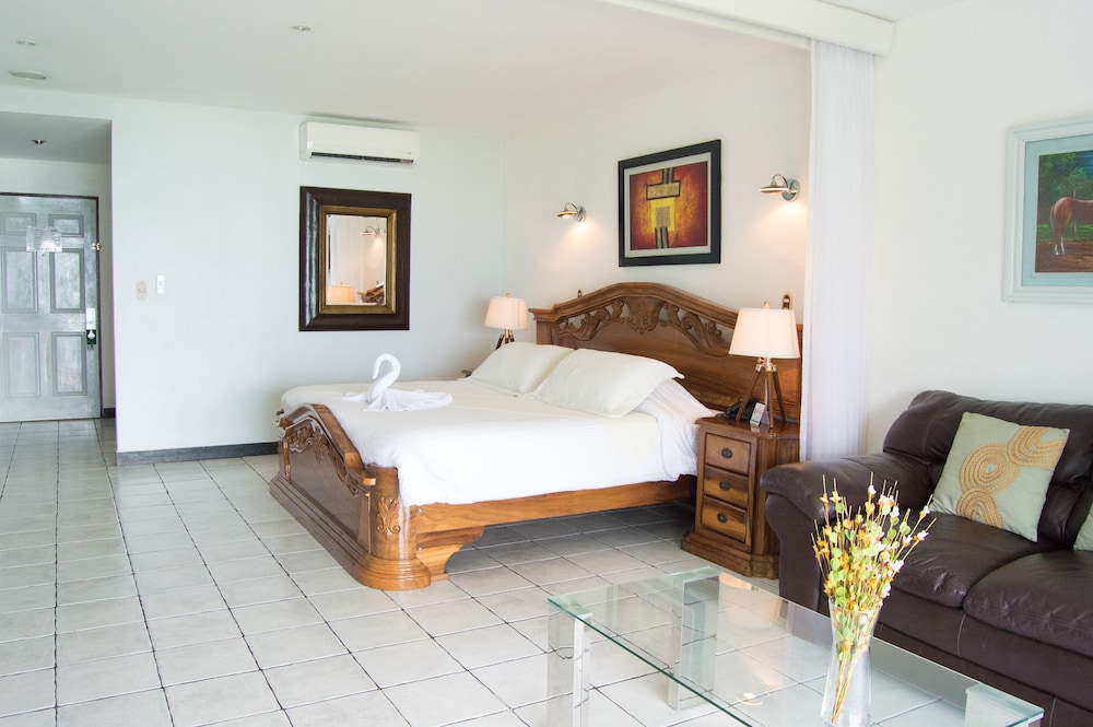 https://i.travelapi.com/hotels/2000000/1820000/1817700/1817659/221bf840_z.jpg