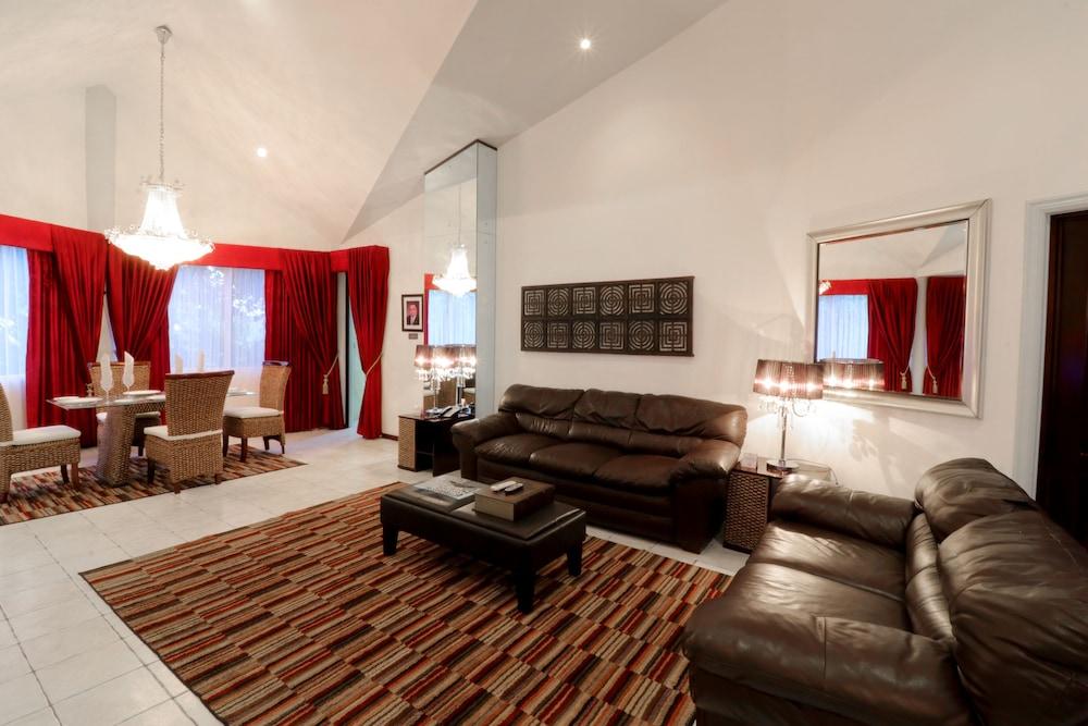 https://i.travelapi.com/hotels/2000000/1820000/1817700/1817659/40e83c4b_z.jpg