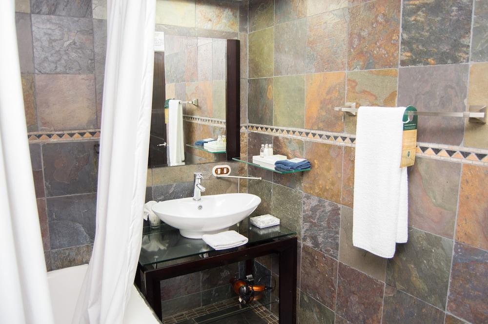https://i.travelapi.com/hotels/2000000/1820000/1817700/1817659/546d39c0_z.jpg