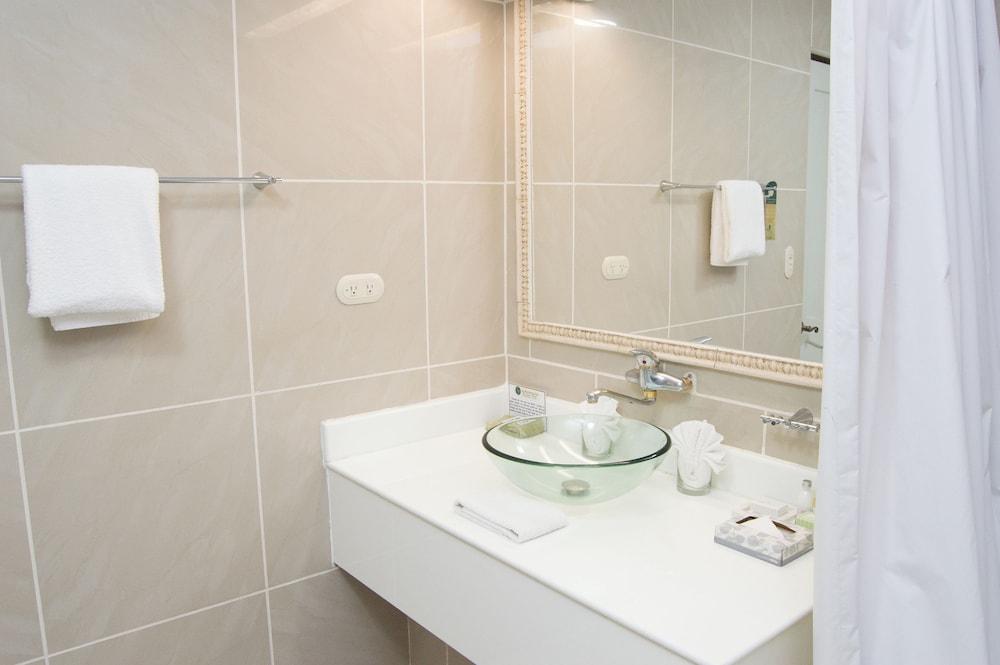 https://i.travelapi.com/hotels/2000000/1820000/1817700/1817659/7e450536_z.jpg