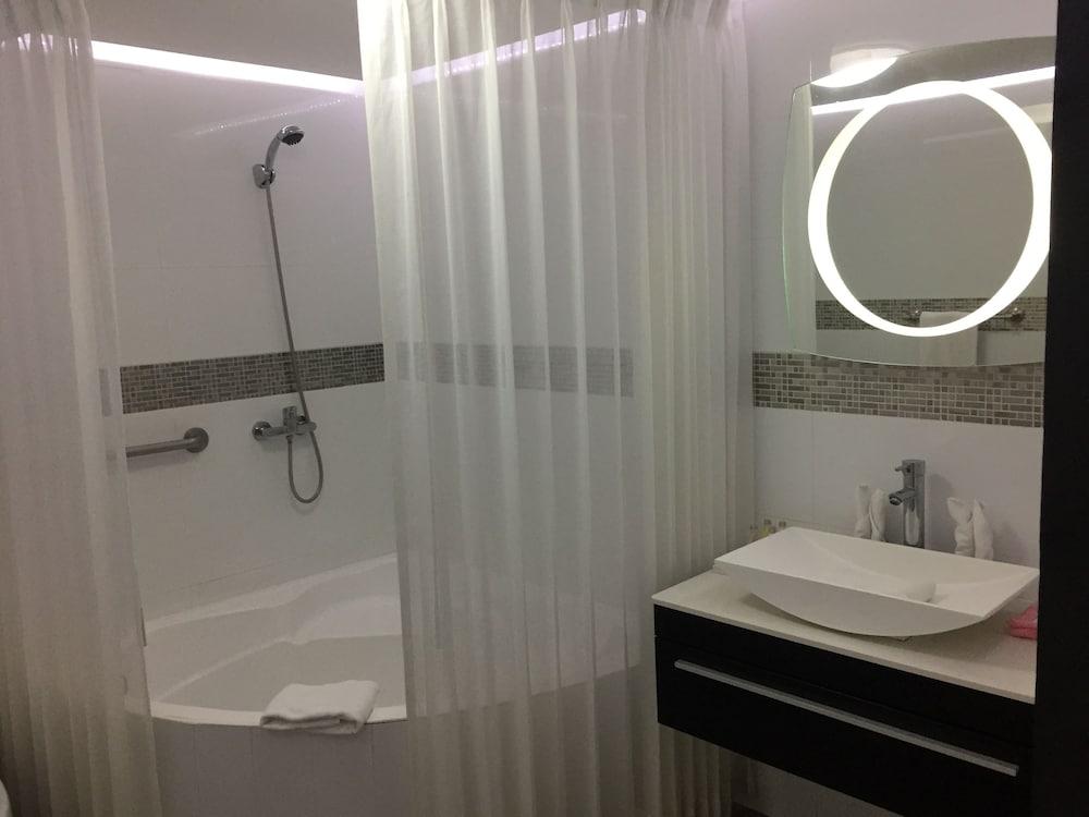 https://i.travelapi.com/hotels/2000000/1820000/1817700/1817659/900e497c_z.jpg