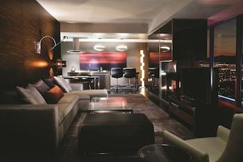 Deluxe Suite, 1 Bedroom, Fireplace, Strip View