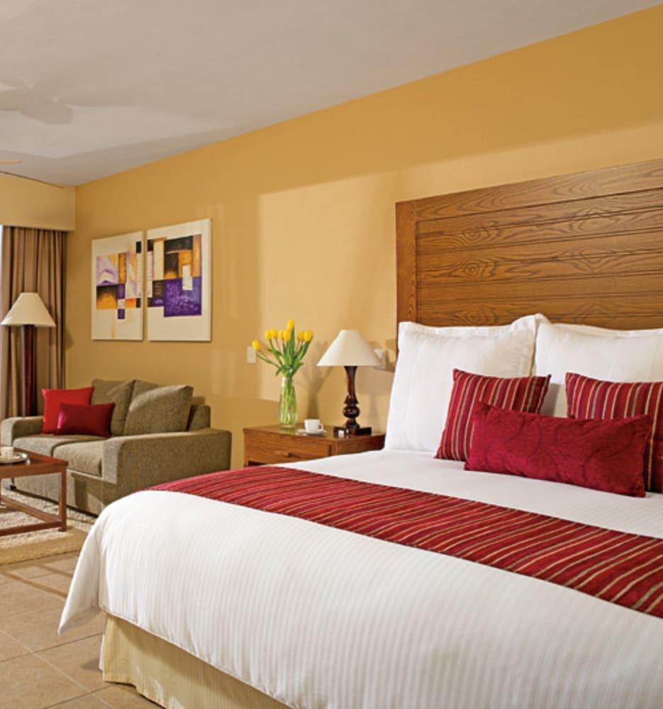 https://i.travelapi.com/hotels/2000000/1860000/1854100/1854031/0b82e7c1_z.jpg
