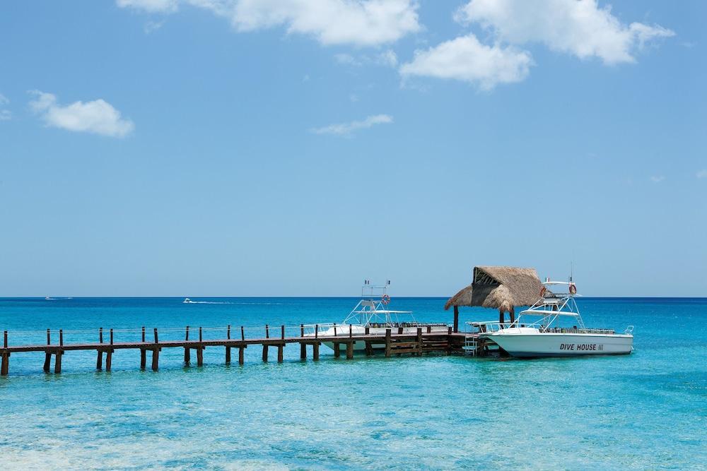 https://i.travelapi.com/hotels/2000000/1860000/1854100/1854031/2c51e4b8_z.jpg
