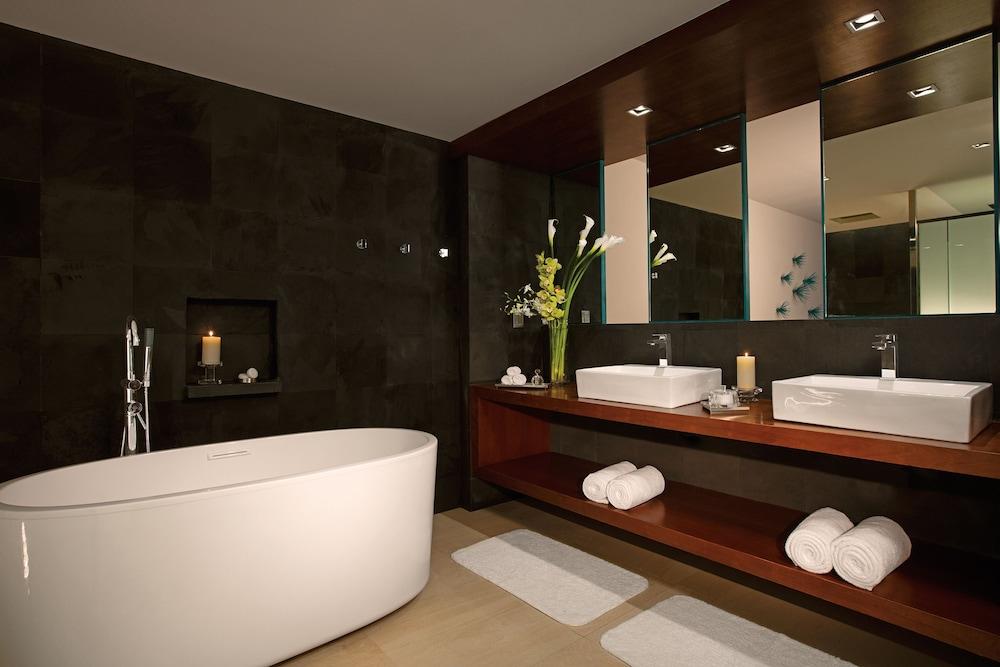 https://i.travelapi.com/hotels/2000000/1860000/1854100/1854031/44fe8be7_z.jpg