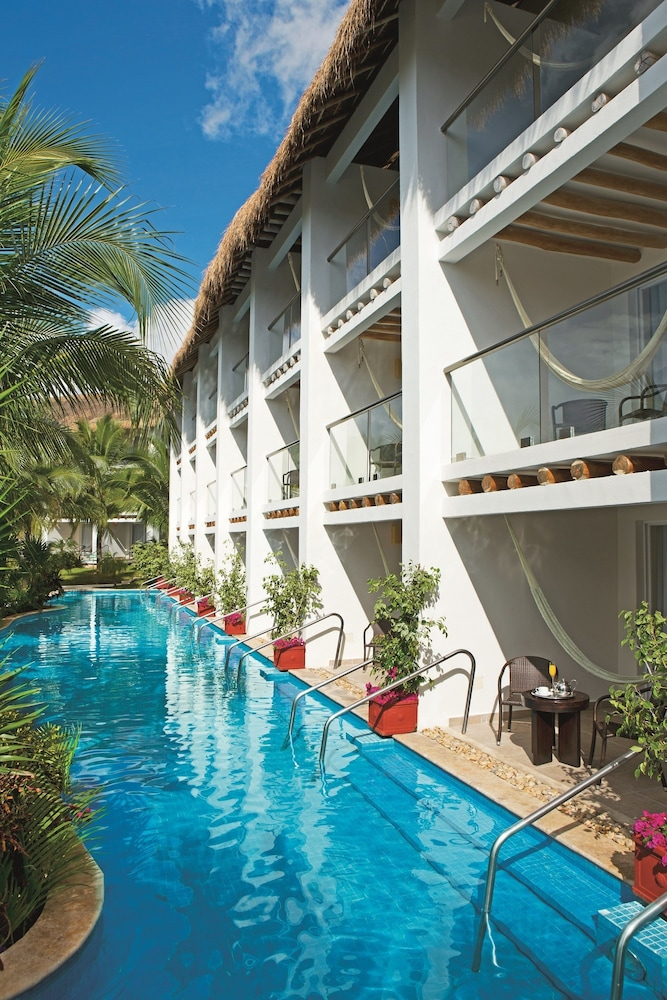 https://i.travelapi.com/hotels/2000000/1860000/1854100/1854031/8cdac0b5_z.jpg