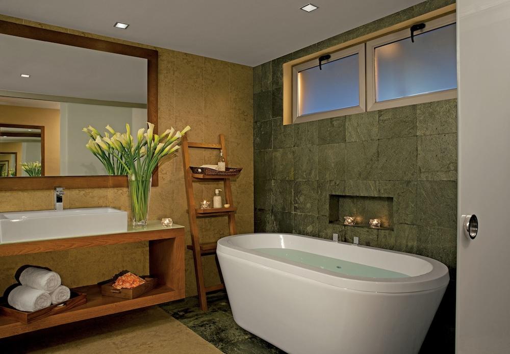 https://i.travelapi.com/hotels/2000000/1860000/1854100/1854031/bac186e3_z.jpg