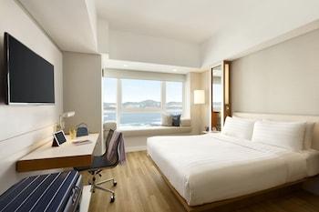 Deluxe Harbour View Queen Room