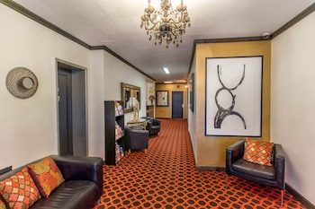 Lobby Sitting Area at Royal Park Hotel and Hostel in New York