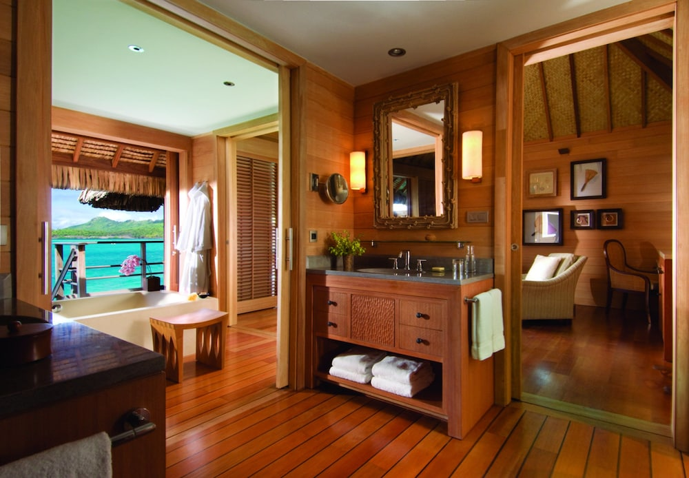 https://i.travelapi.com/hotels/2000000/1870000/1867200/1867106/518d9c3a_z.jpg